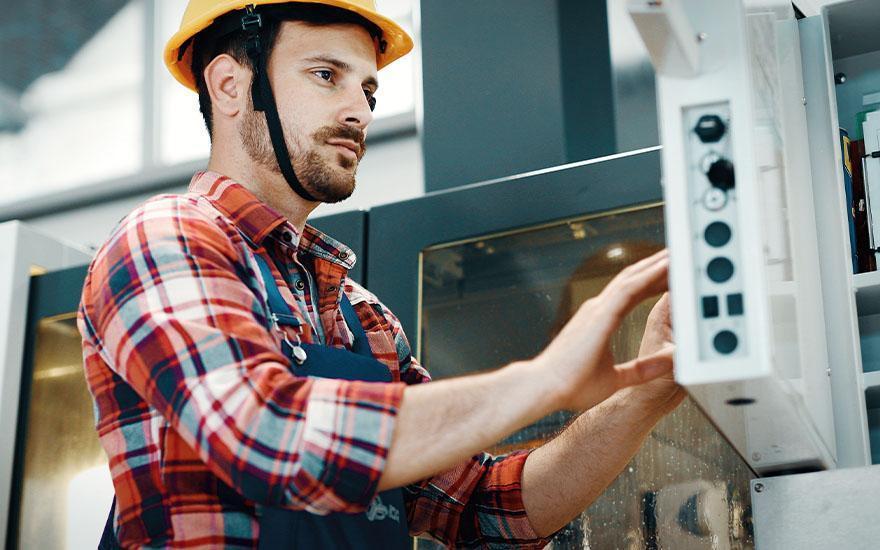 Pracownik obsługujący panel produkcyjny